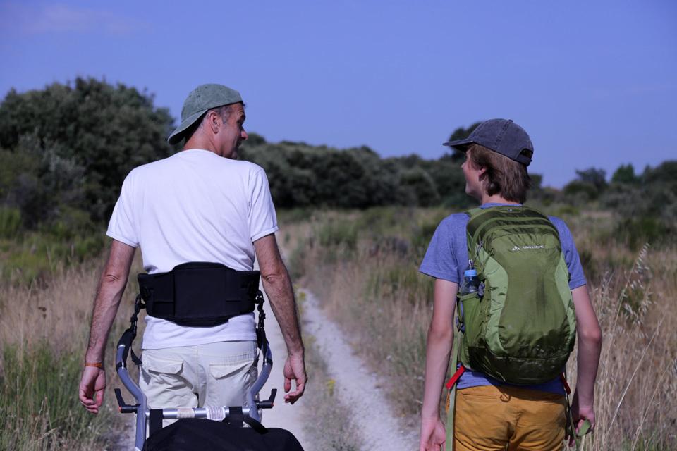 Père et fils marchent le Camino-image